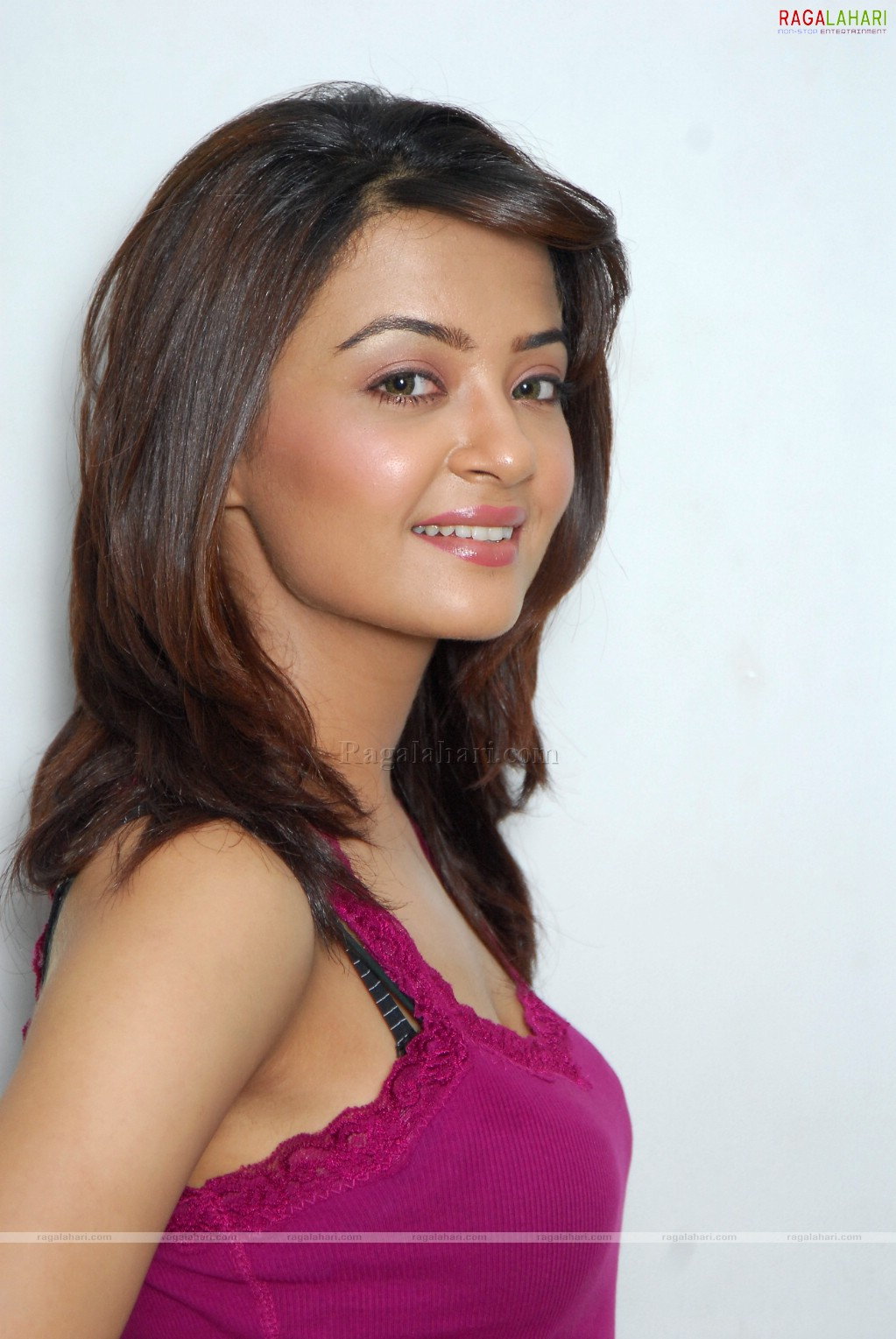 Surveen Chawla Nude Photos 19