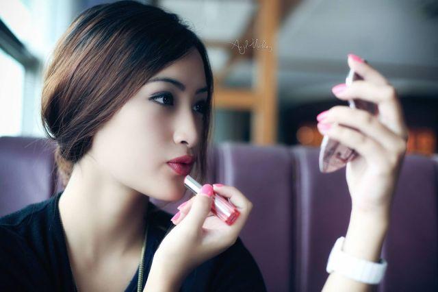 Neha Banu putting lipstick
