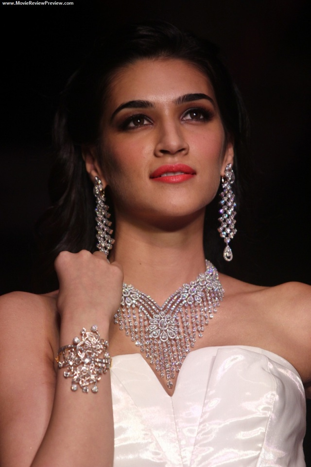 kriti-sanon-walks-for-mahabir-at-iijw-2014-12
